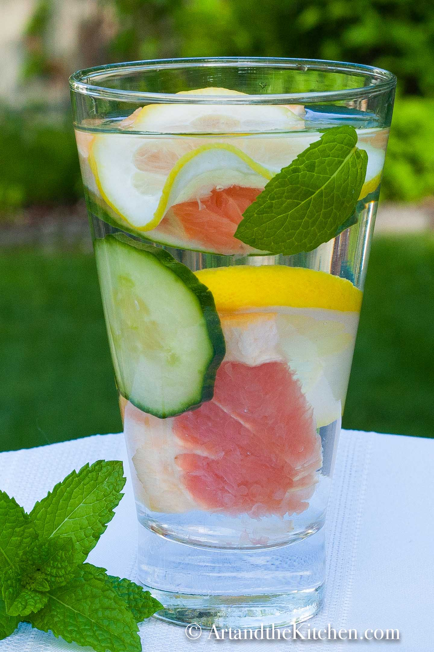 A tasty flavored water recipes that is detoxing and delicious! via @artandthekitch